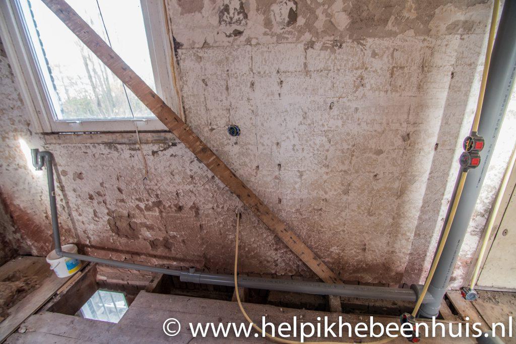 Boven de vloer van de begane grond takt de standleiding af naar de keuken, met een T-stuk voor de vaatwasser en een sifon voor de gootsteen.